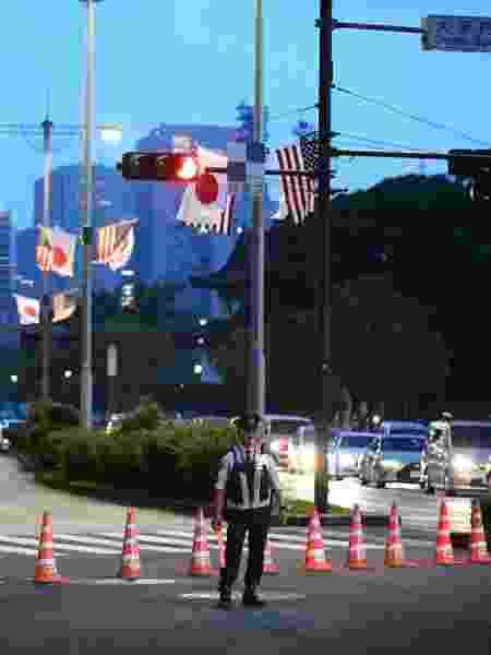 Policial em frente do hotel onde que hospeda o presidente Donald Trump durante sua estadia em Tóquio, no Japão - Kazuhiro NOGI / AFP