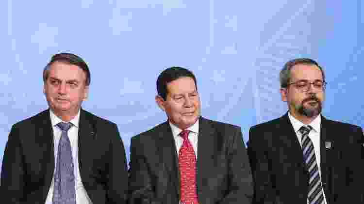 Bolsonaro, seu vice, Hamilton Mourão, e o ministro da Educação, Abraham Weintraub, no lançamento do Programa Nacional das Escolas Cívico-Militares em setembro - Marcos Corrêa/Divulgação/Presidência da República