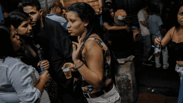 Ainda há gente disposta a se divertir à noite na capital da Venezuela - BBC