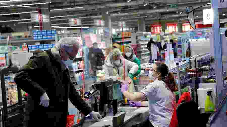 Pessoas usaram máscaras em supermercado durante pandemia do novo coronavírus em Viena, na Áustria - Leonhard Foeger/Reuters