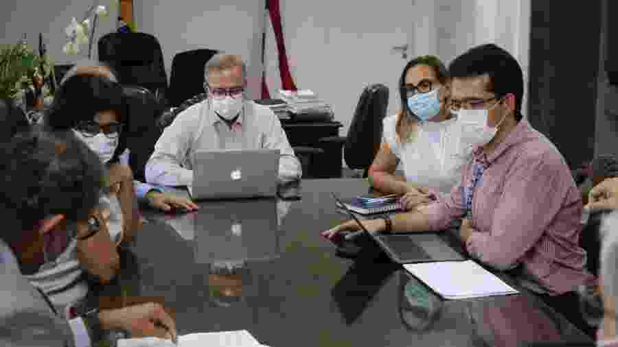 O secretário Fábio Vilas-Boas (centro) durante reunião da comissão científica criada pela Sesab - Secom/BA