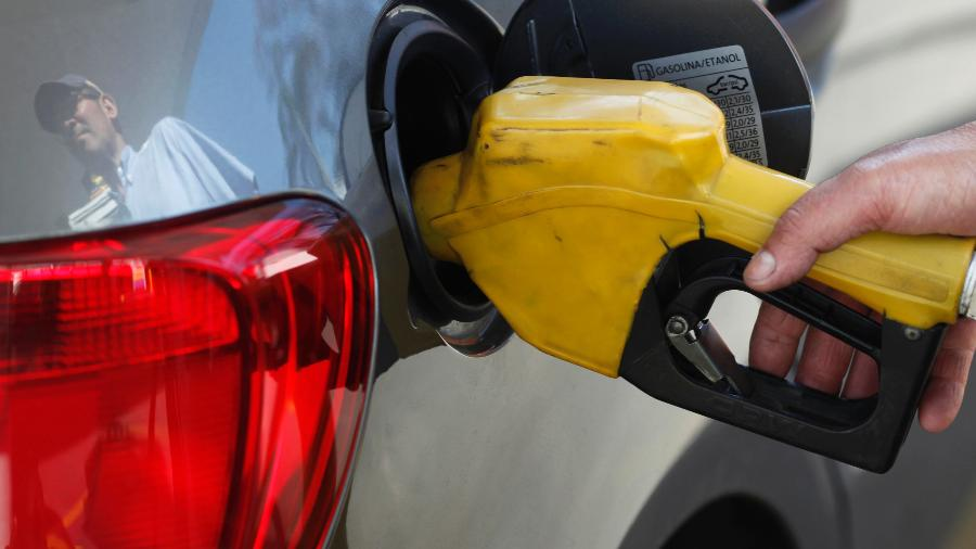 Funcionário de posto de gasolina abastece carro em São Paulo - PAULO WHITAKER