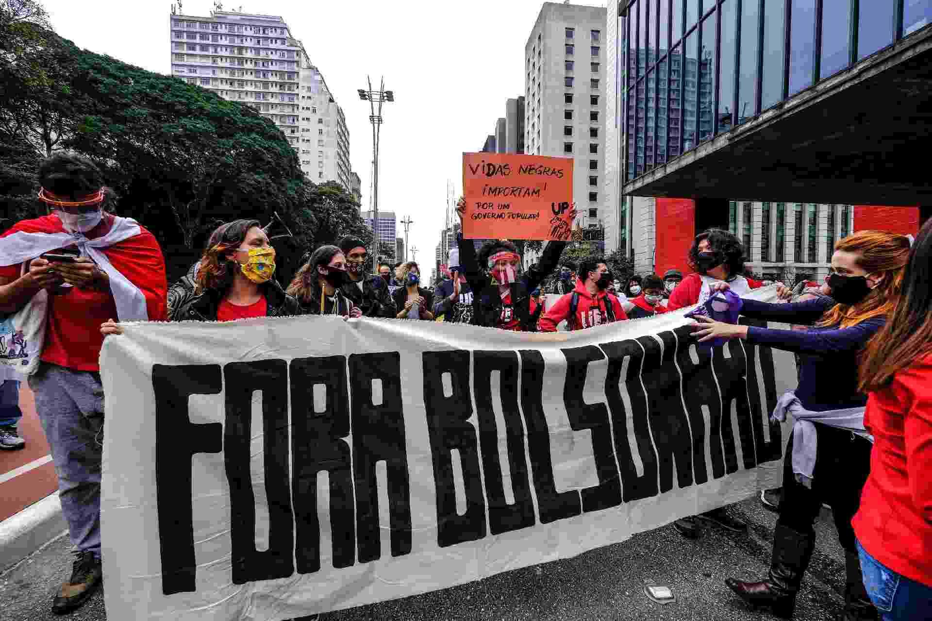 """14.mai.2020 - """"Fora, Bolsonaro"""", diz faixa levada por manifestantes a avenida Paulista em protesto contra o presidente da República - Marcello Zambrana/Agif - Agência de Fotografia/Estadão Conteúdo"""