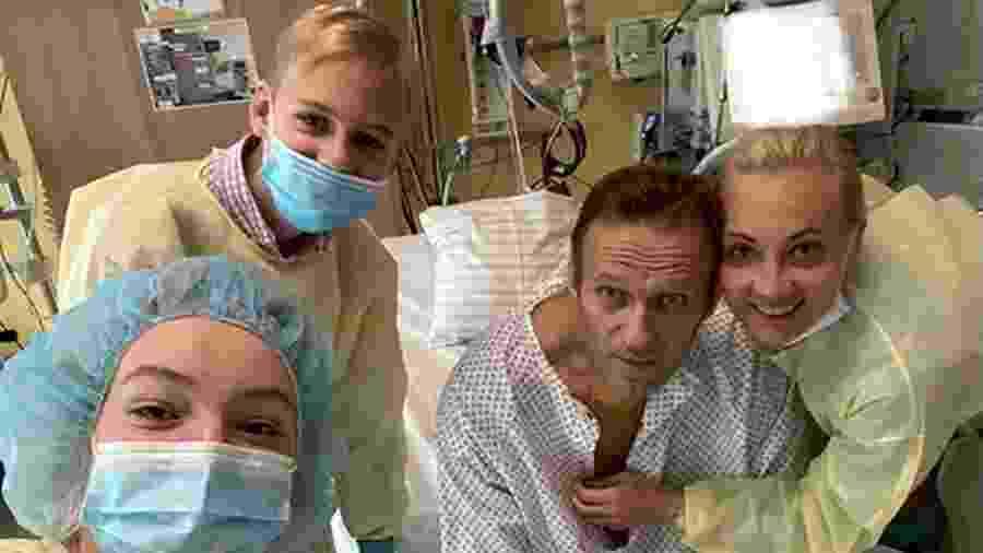 Líder russo com a família enquanto se recuperava de um envenenamento - SOCIAL MEDIA/via REUTERS