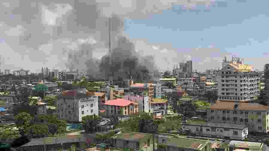 Um imóvel pega fogo em Lagos, Nigéria, durante toque de recolher - HANDOUT/via REUTERS
