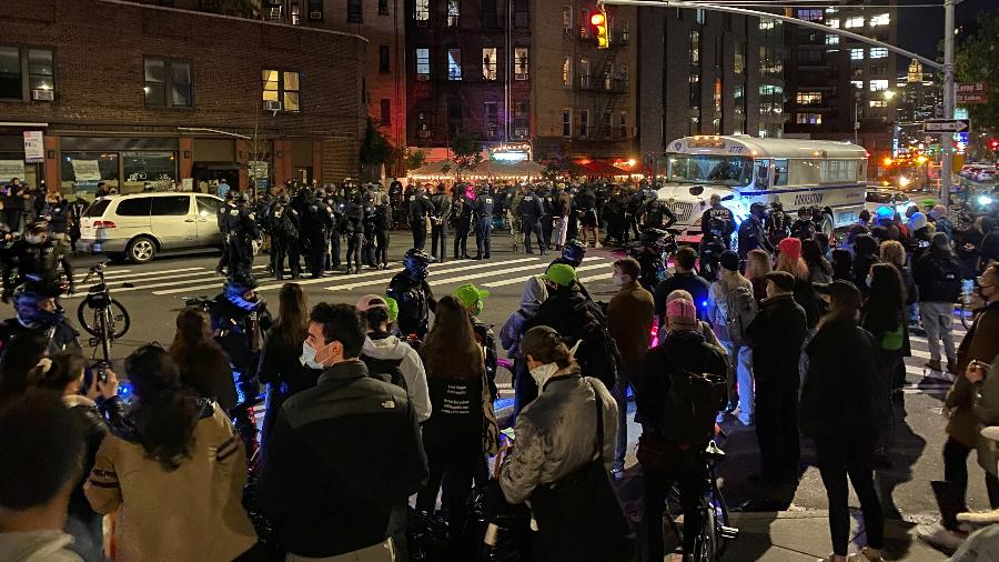 Protesto realizado em Nova York no dia seguinte às eleições americanas terminou com detenções - Michelle Nichols/Reuters