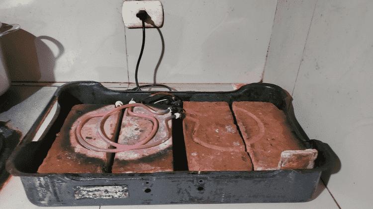 Fogão elétrico improvisado com tijolos e instrumentos de aquecimento antigos - BBC - BBC