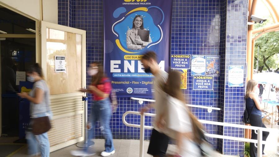 24.jan.2021 - Candidatos chegam para o segundo dia de provas do Enem, no prédio da Unip, em São Paulo - André Porto/UOL