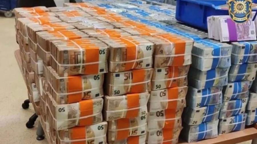Dinheiro abandonado por ex-PM brasileiro, segundo as investigações - Polícia Judiciária de Portugal/Divulgação