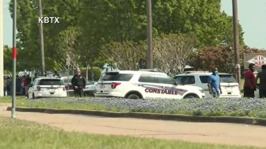 Polícia na cena do ataque a tiros em Bryan, no Texas - Reprodução/CNN Internacional