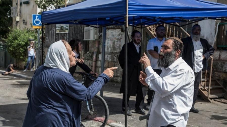 Mulher palestina e homem judeu discutem no bairro Sheikh Jarrah - Getty Images