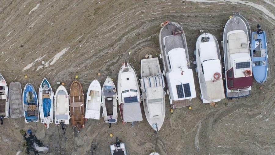 """Pequenos barcos de pesca não podem navegar devido ao """"muco do mar"""" acumulado na costa da Turquia - EPA"""