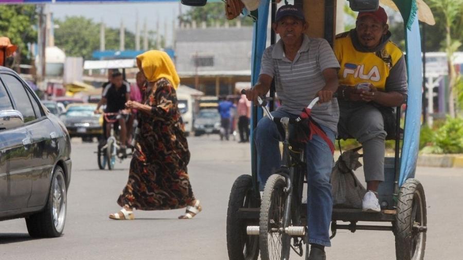 """Venzuelanos tem recorrido a meios de tresporte alternativos, como o """"bicitáxi"""", diante da escassez de gasolina - Luis Bravo/AFP"""