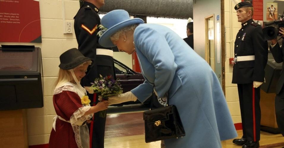 Rainha Elizabeth recebe flores de Maisie Gregory.6. no país de Gales
