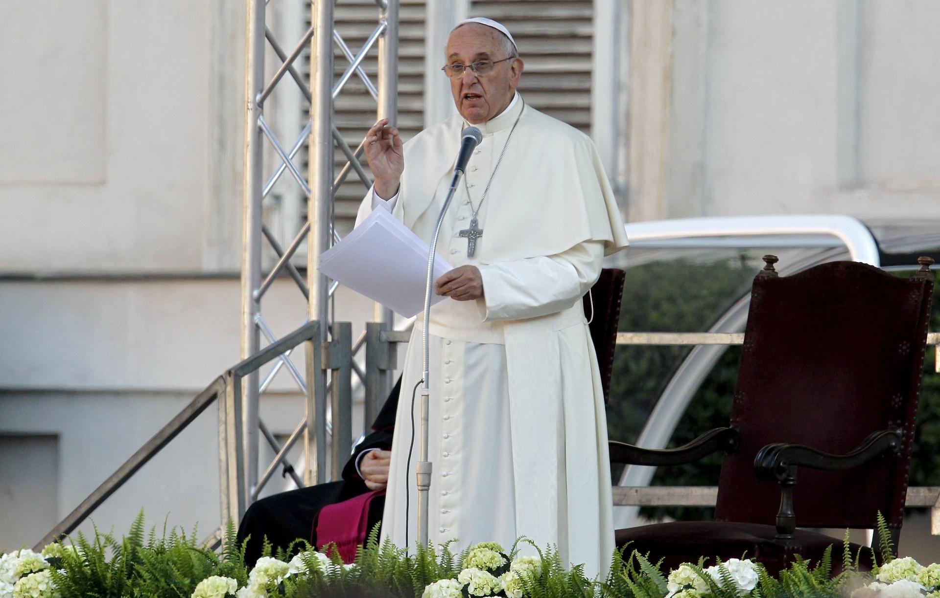 21.jun.2015 - Em visita a Turim, no norte da Itália, o papa Francisco declarou neste domingo (21) que o Santo Sudário é um