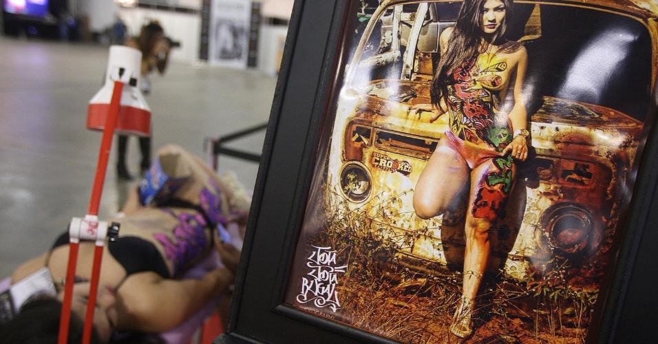 24.jul.2015 - Mulher aguarda para receber tatuagem durante a quinta edição da Tattoo Week, que começou hoje e vai até o domingo (26). O evento conta com 460 estandes de artistas nacionais e estrangeiros e acontece no pavilhão Azul do Expo Center Norte, na Vila Guilherme, zona Norte de São Paulo. Neste sábado (25), acontece o concurso Miss Tattoo Week SP 2015