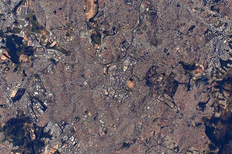 """30.jul.2015 - O astronauta Scott Kelly publicou uma imagem da cidade de Belo Horizonte, capital de Minas Gerais (Brasil), em seu Twitter diretamente do espaço, da Estação Espacial Internacional. O norte-americano desejou """"bom dia"""" a todos os moradores da cidade"""