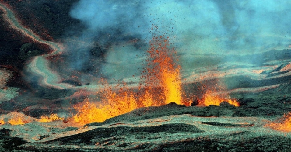 31.jul.2015 - Vulcão Piton de La Fournaise entra em erupção da na ilha francesa de Reunião, no oceano Indico. A ilha é a mesma onde uma parte que acredita-se ser do voo desaparecido da Malaysia Airlines em 2014