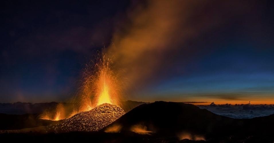 2.ago.2015 - Vulcão Piton de la Fournaise, um dos vulcões mais ativos do mundo, emite lavas na ilha de Reunião, no Oceano Índico. O Fournaise voltou a entrar em erupção na sexta-feira (31) e abriu uma fenda de 800 metros