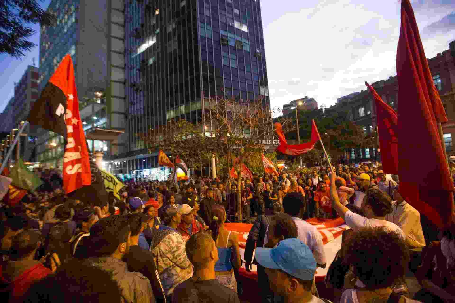 14.ago.2015 - Manifestante fazem o segundo protesto contra o aumento das tarifas de ônibus na praça Sete, no centro de Belo Horizonte (MG). Desde o dia 8, as passagens subiram de R$ 3,10 para R$ 3,40 na capital mineira - undefined