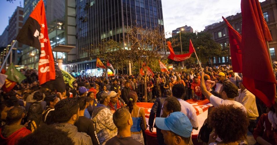 14.ago.2015 - Manifestante fazem o segundo protesto contra o aumento das tarifas de ônibus na praça Sete, no centro de Belo Horizonte (MG). Desde o dia 8, as passagens subiram de R$ 3,10 para R$ 3,40 na capital mineira