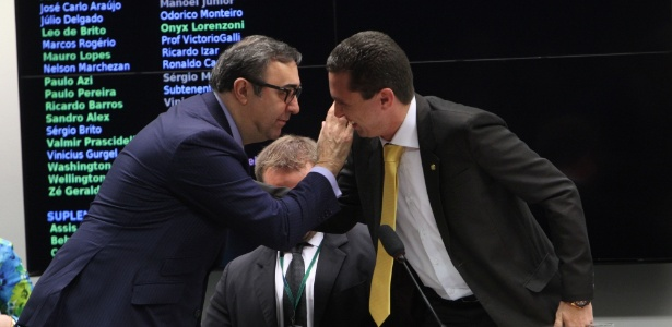 Advogado de Cunha, Marcelo Nobre (à esq.), cumprimenta deputado Fausto Pinato (PRB-SP), ex-relator do processo contra Cunha