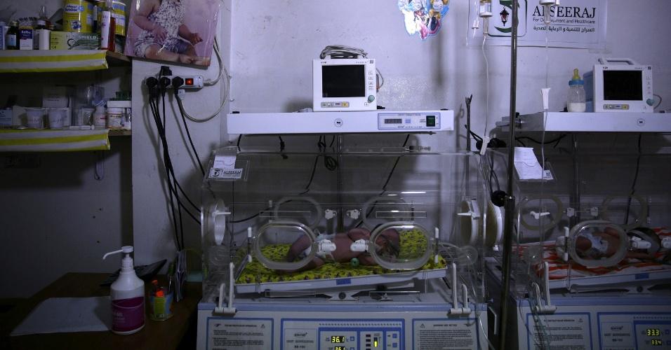 Bebês recebem tratamento em encubadoras no hospital improvisado na cidade síria de Douma, controlada por rebeldes. O local é alvo de bombardeios e ataques do Exército do presidente Bashar al-Assad