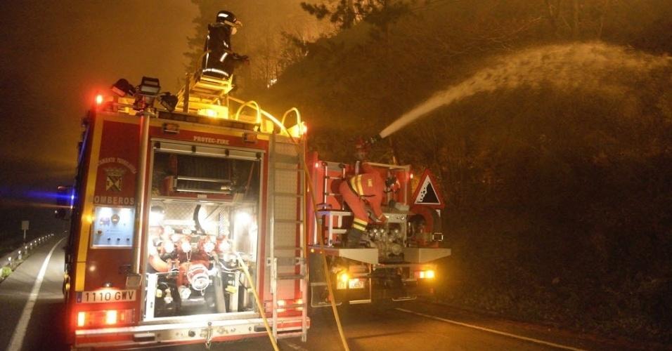 28.dez.2015 - Bombeiros atuam no combate a incêndio que atinge floresta próxima à aldeia de Barcena Mayor, na Cantábria, Espanha
