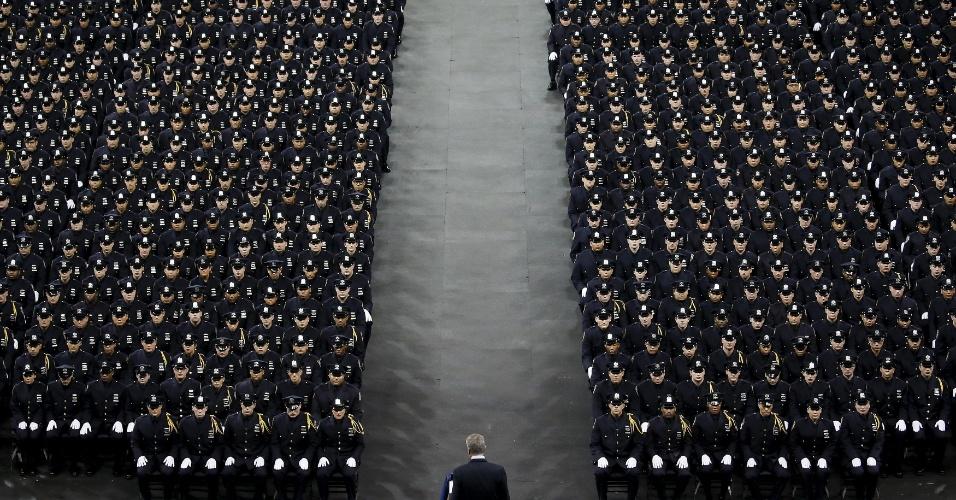 29.dez.2015 - Milhares de policiais participam de formatura no Madison Square Garden, em Nova York, nos Estados Unidos. Na foto, o prefeito nova-iorquino Bill de Blasio discursa perante os formandos - de acordo com Blasio, 1123 novos policiais integrarão a força local