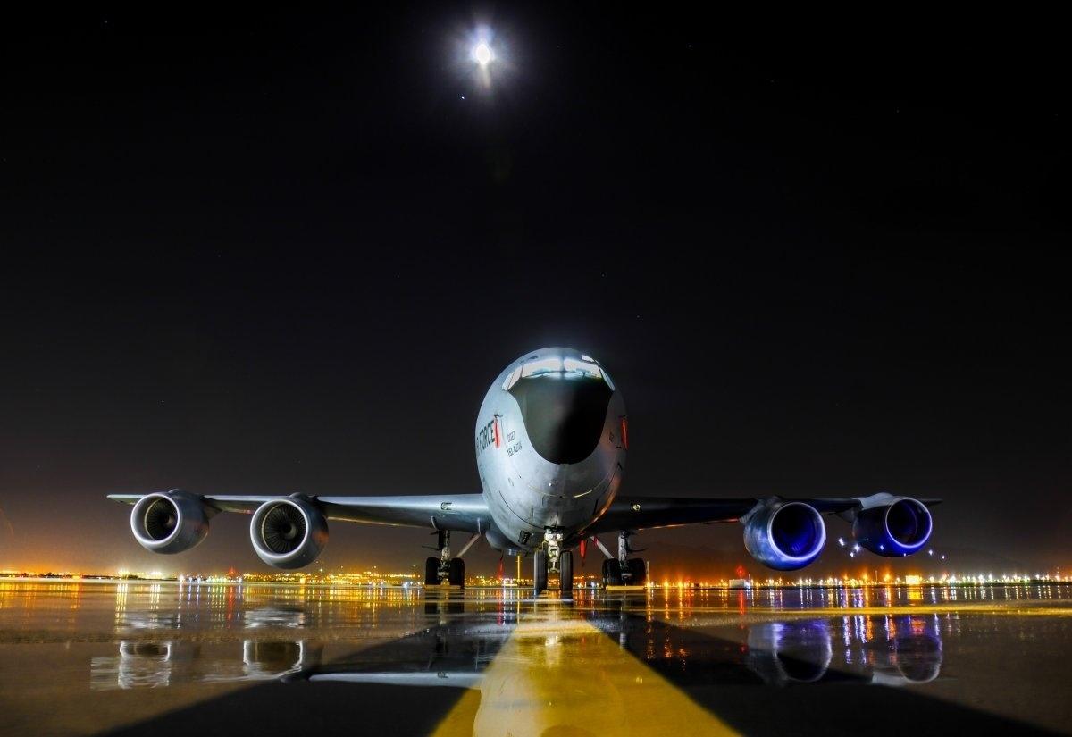 """13.jan.2016 - A foto de uma aeronave Boeing KC-135 """"Stratotanker"""" entrou na lista de fotografias mais bonitas da Força Aérea dos Estados Unidos tiradas em 2015. As imagens foram selecionadas pelo site Business Insider. A aeronave fotografada é conhecida por ter como principal missão o reabastecimento no ar"""