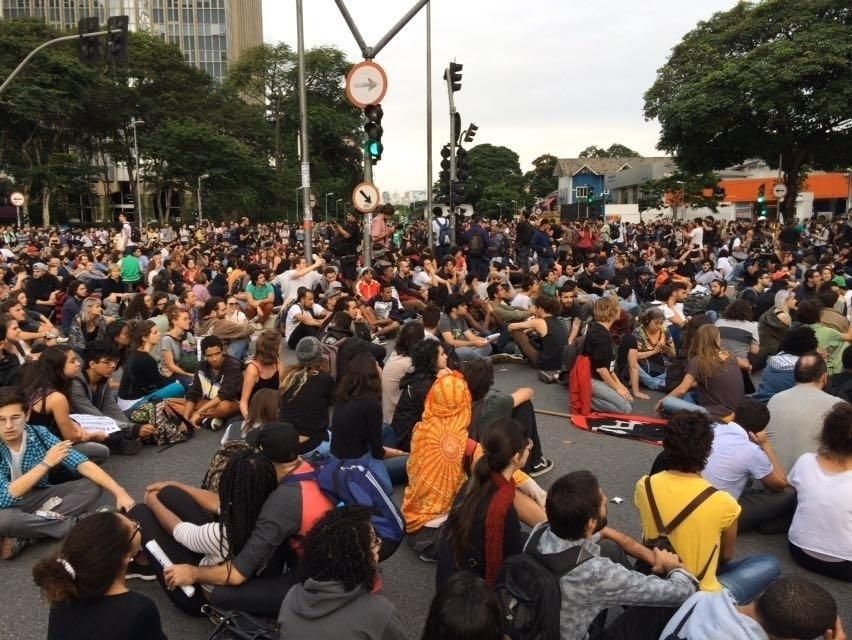 19.jan.2016 - Tradicional jogral é realizado antes de protesto em São Paulo. Manifestantes fazem quarto ato nesta terça e já prometeram um novo protesto nesta quinta (21)