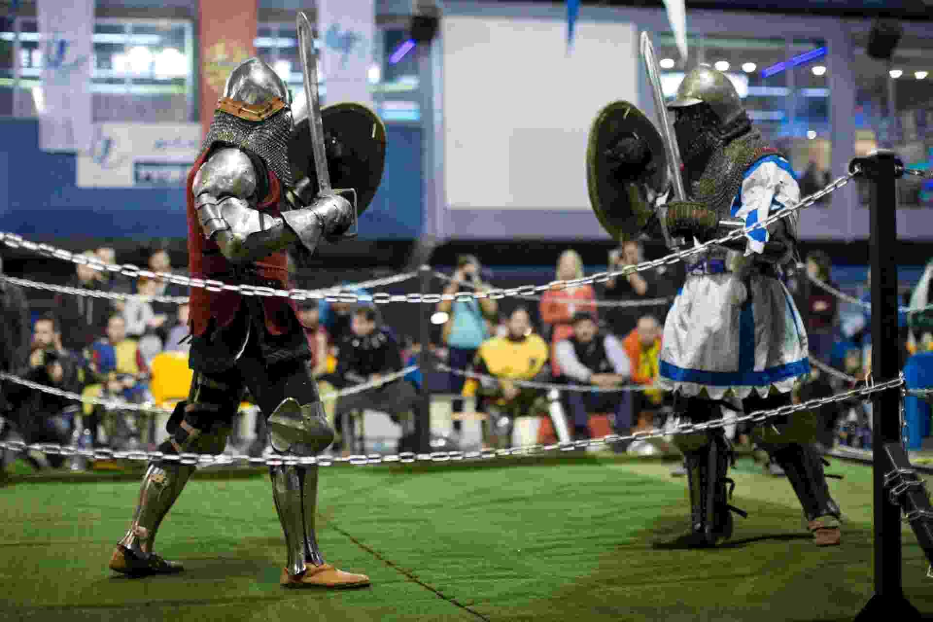 23.jan.2016 - Você já ouviu falar de um Campeonato Mundial de Luta Medieval? Pois é, ele existe. Inclusive, a terceira edição começou neste sábado em Tel Aviv, Israel, com cenas como a desta foto, na qual duas pessoas fantasiadas de cavaleiros se enfrentam em um ringue - Abir Sultan/EPA/EFE