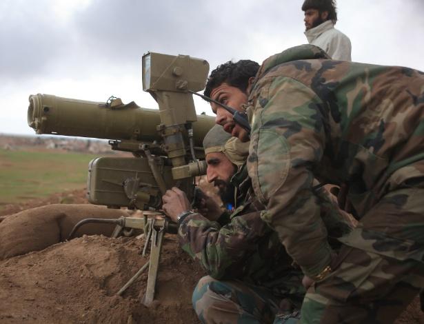Em imagem de janeiro de 2016, forças de combate em favor do governo sírio se preparam para utilizar sistema anti-tanque em trincheira na área de Hatabat al-Bab, leste de Aleppo