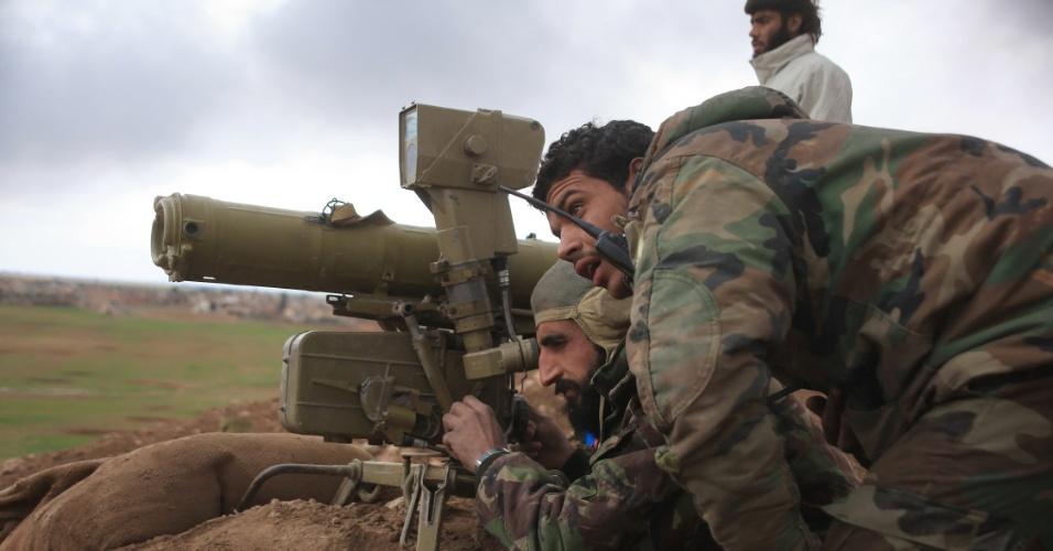 24.jan.2016 - Forças de combate em favor do governo sírio se preparam para utilizar um sistema anti-tanque em uma trincheira na área de Hatabat al-Bab, na zona rural do leste de Aleppo. A operação militar tem como alvo jihadistas do Estado Islâmico