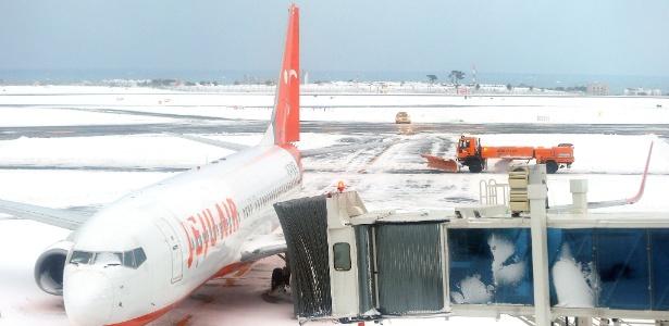 Boeing 737 da companhia aérea Jeju fica parado no aeroporto da ilha