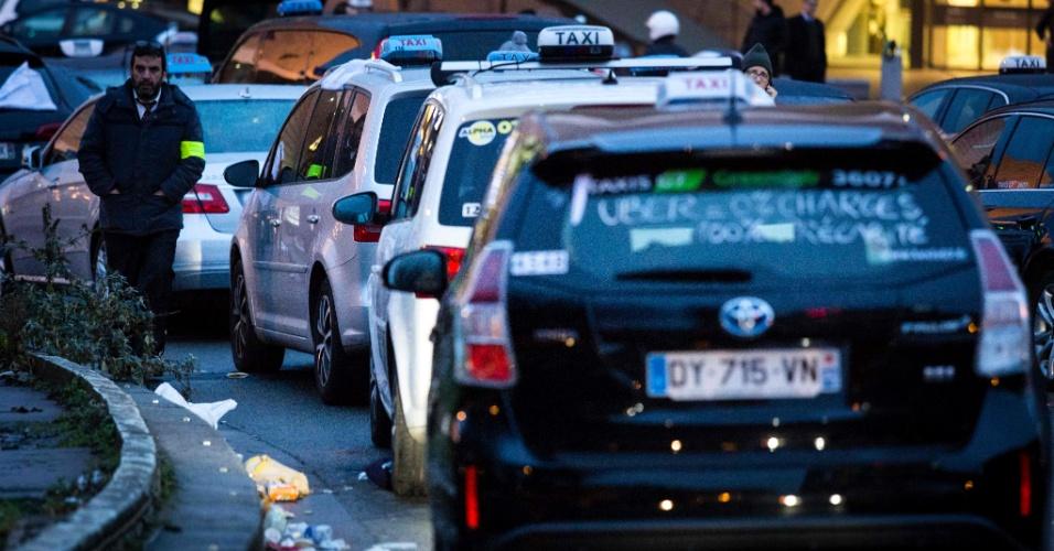 28.jan.2016 - Táxis fecham via durante protesto em Porte Maillot, em Paris, contra serviços de transporte privado. Os taxistas reclamam da concorrência com o aplicativo Uber com outros serviços de táxis não licenciados
