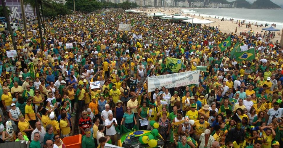 13.mar.2016 - Manifestantes fazem ato contra o governo de Dilma Rousseff (PT), em Copacabana, no Rio de Janeiro. Os protestos ocorrem em ao menos nove Estados e no Distrito Federal e pedem o impeachment de Dilma e a prisão do ex-presidente Luiz Inácio Lula da Silva, investigado pela Operação Lava Jato