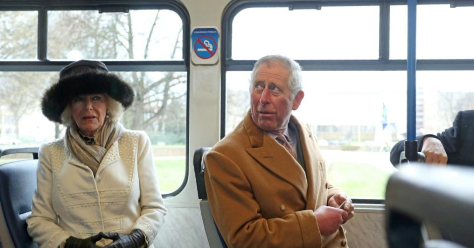 15.mar.2016 - O príncipe Charles e a sua mulher, Camila, duquesa de Cornwall, vão de trem em direção à Catedral de Osijek, na Croácia. Os membros da família real estão numa visita oficial de dois dias ao país. Eles devem visitar Sérvia, Montenegro e Kosovo
