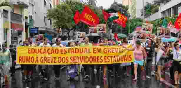 Professores e alunos da rede estadual de ensino marcharam em passeata do Largo do Machado até a sede do governo, em Laranjeiras - Reginaldo Pimenta/Raw Image/Estadão Conteúdo