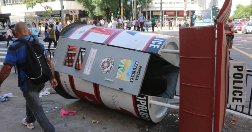18.mar.2016 - Um grupo de manifestantes tombou uma cabine da PM que fica localizada na avenida Paulista na esquina com a avenida Brigadeiro Luiz Antonio