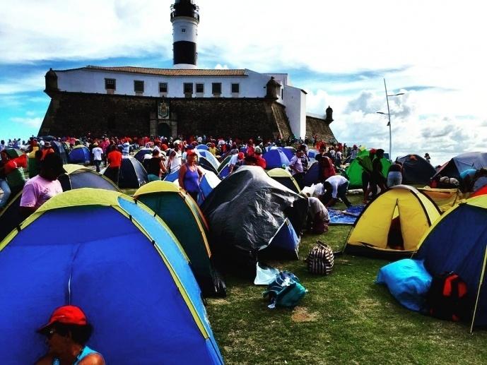 16.abr.2016 - Militantes do MST (Movimento dos Trabalhadores Sem Terra) montam acampamento no Farol da Barra, em Salvador (BA). Contra o impeachment da presidente Dilma Roussef, eles dizem que vão permanecer em vigília no local até domingo