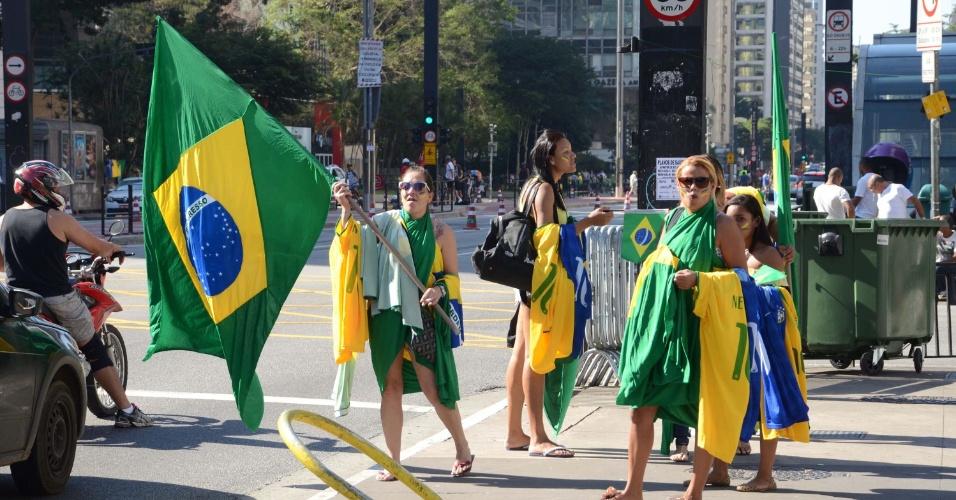 17.abr.2016 - Manifestantes favoráveis ao impeachment da presidente Dilma Rousseff começam a se concentrar na avenida Paulista, em São Paulo