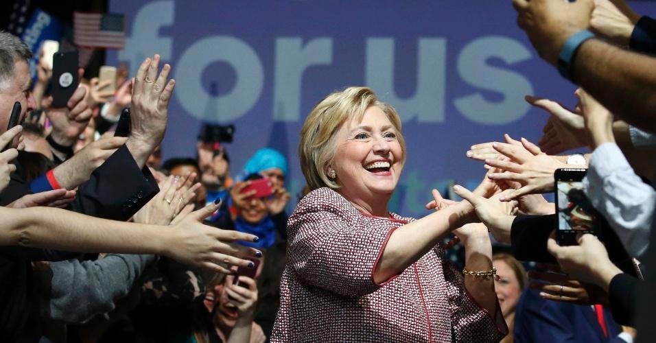 20.abr.2016 - A pré-candidata à presidência dos EUA Hillary Clinton cumprimenta correligionários após a confirmação de sua vitória nas prévias eleitorais do partido democrata em Nova York. Donald Trump ficou à frente na disputa entre os republicanos. O resultado já era previsto, já que ambos construíram suas carreiras no Estado. Nova York é segundo Estado que mais atribui delegados depois da Califórnia (oeste), onde as primárias serão celebradas em junho. Na primária democrata há 291 delegados em jogo e 95 entre os republicanos