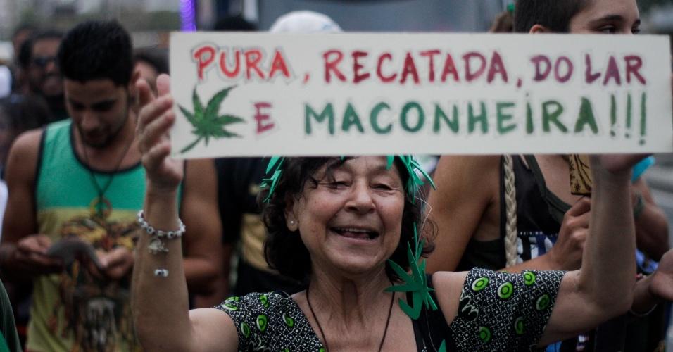 7.mai.2016 - Manifestante marcharam em favor da legalização da maconha e do plantio da erva, proibido no Brasil,  na orla da praia do Arpoador, Rio de Janeiro