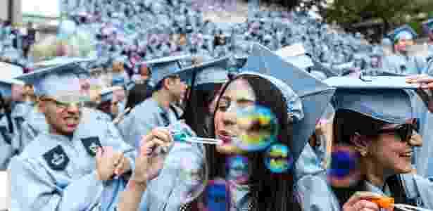 19.mai.2016 - Jovens comemoram graduação na Universidade de Columbia, em Nova York (EUA) - Li Muzi/Xinhua