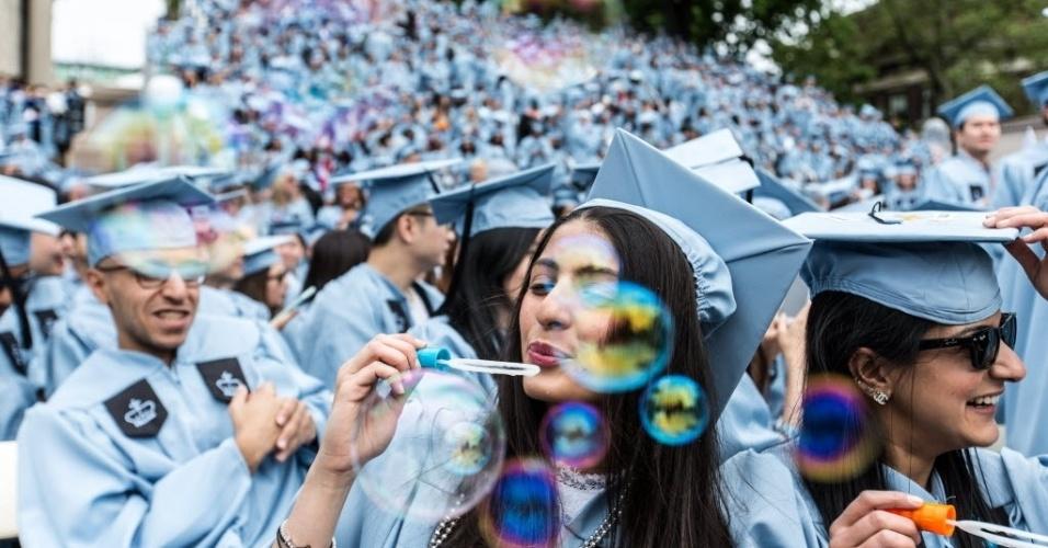 19.mai.2016 - Jovens comemoram graduação na Universidade de Columbia, em Nova York (EUA). A instituição tem 262 anos e este ano graduou mais de 15 mil estudantes entre 18 e 82 anos. Cerca de 1.800 são estrangeiros de mais de 100 países