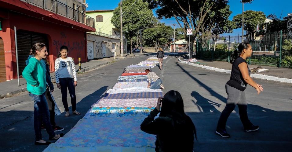 26.mai.2016 - As ruas no entorno da Igreja do Rosário, em Belo Horizonte (MG), foram enfeitadas com colchas e cobertores, que serão doados a pessoas carentes após a procissão de Corpus Christi, nesta quinta-feira (26)