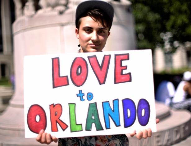 12.jun.2016 - Ciaran Lithgow segura um cartaz em homenagem às vítimas do massacre na boate gay Pulse, em Orlando, Florida (EUA), em Washington (EUA). Omar Mateen, 29, abriu fogo no local matando 50 pessoas e ferindo 53
