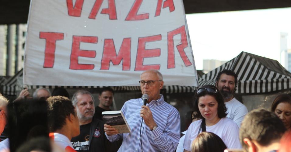 19.jun.2016 - O ex-senador Eduardo Suplicy (PT) participa de ato contra o governo do presidente interino Michel Temer (PMDB) na avenida Paulista, em São Paulo
