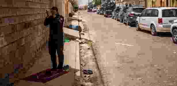 19.jun.2016 - Membro das forças de segurança iraquianas faz sua prece do meio-dia em Fallujah (Iraque) - Bryan Denton/The New York Times - Bryan Denton/The New York Times